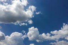 Красивые облака против предпосылки голубого неба Небо облака Голубое небо с пасмурной погодой, облаком природы Белые облака, голу Стоковые Изображения RF