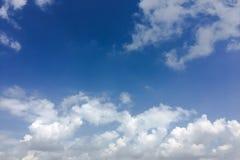 Красивые облака против предпосылки голубого неба Небо облака Голубое небо с пасмурной погодой, облаком природы Белые облака, голу Стоковое Изображение