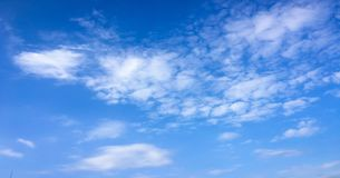 Красивые облака против предпосылки голубого неба Небо облака Голубое небо с пасмурной погодой, облаком природы Белые облака, голу Стоковая Фотография