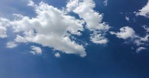 Красивые облака против предпосылки голубого неба Небо облака Голубое небо с пасмурной погодой, облаком природы Белые облака, голу Стоковое фото RF