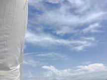 Красивые облака против предпосылки голубого неба Небо облака Голубое небо с облаками выдерживает, облако природы Белые облака, го Стоковые Изображения RF