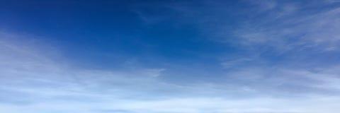 Красивые облака против предпосылки голубого неба Небо облака Голубое небо с облаками выдерживает, облако природы Белые облака, го Стоковое Изображение RF