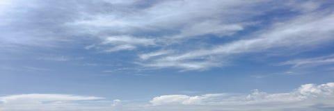 Красивые облака против предпосылки голубого неба Небо облака Голубое небо с облаками выдерживает, облако природы Белые облака, го Стоковое Фото