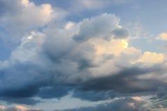 Красивые облака против предпосылки голубого неба Небо облака Голубое небо с пасмурной погодой, облаком природы Белые облака, голу Стоковое Изображение RF