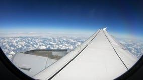 красивые облака 4K сверху как увиденное до конца окно самолета Плоское перемещение сток-видео