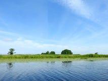 Красивые облачное небо, деревья и река, Литва Стоковое Изображение