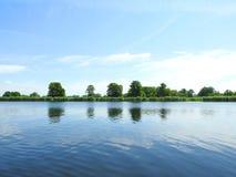 Красивые облачное небо, деревья и река, Литва Стоковое Фото