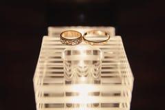 Красивые обручальные кольца лежат на деревянной поверхности Стоковое Фото