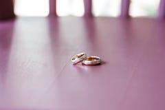 Красивые обручальные кольца лежа на таблице Стоковые Изображения RF