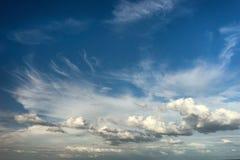 красивые облака в голубом небе над морем Стоковое Фото