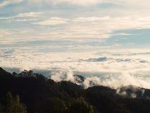 Красивые облака в небе формируют верхнюю часть горы Стоковая Фотография RF