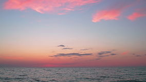 Красивые облака захода солнца над открытым морем акции видеоматериалы