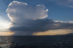Красивые облака и дождь на море Стоковая Фотография