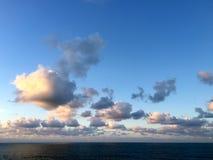 Красивые облака перед подъемом Supermoon Стоковая Фотография RF