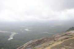 Красивые облака с горизонтом и растительностью Стоковое фото RF