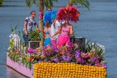 Красивые одетые танцуя люди на плавая тропическом острове стоковые изображения