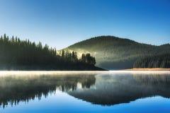 Красивые озеро и горы стоковое фото rf