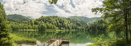Красивые озеро и пристань стоковые фотографии rf