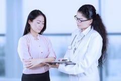 Красивые доктор и женщина в больнице стоковое фото rf