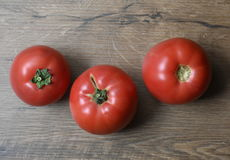 Красивые органические томаты на деревянной предпосылке Стоковое Изображение RF
