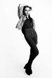 Красивые одежды моды модели очарования женщины носят, непринужденный стиль Милая студия предпосылки темных волос стороны белая че Стоковая Фотография RF