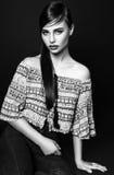 Красивые одежды моды модели очарования женщины носят, непринужденный стиль Милая студия предпосылки черноты темных волос стороны  Стоковое Фото