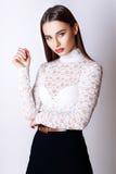 Красивые одежды моды модели очарования женщины носят, непринужденный стиль Милая студия предпосылки темных волос стороны белая Стоковые Изображения