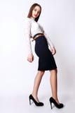 Красивые одежды моды модели очарования женщины носят, непринужденный стиль Милая студия предпосылки темных волос стороны белая Стоковые Изображения RF