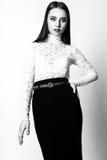 Красивые одежды моды модели очарования женщины носят, непринужденный стиль Милая студия предпосылки темных волос стороны белая че Стоковое Фото