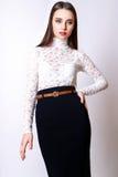 Красивые одежды моды модели очарования женщины носят, непринужденный стиль Милая студия предпосылки темных волос стороны белая Стоковая Фотография RF
