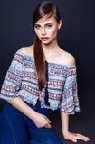 Красивые одежды моды модели очарования женщины носят, непринужденный стиль Милая студия предпосылки черноты темных волос стороны Стоковое Изображение RF