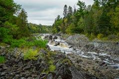 Красивые падения реки Сент-Луис на парке штата Джэй Cooke в Минесоте стоковые фотографии rf
