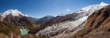 Красивые панорамные ландшафты гор Гималаев вдоль Manas стоковое изображение rf