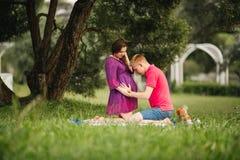Красивые пары беременной женщины и человека в влюбленности стоковое фото