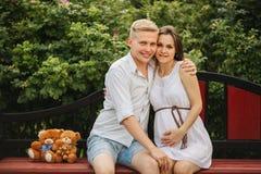 Красивые пары беременной женщины и человека в влюбленности стоковое изображение rf