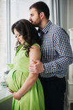 Красивые пары беременной женщины и человека в влюбленности стоковые изображения rf