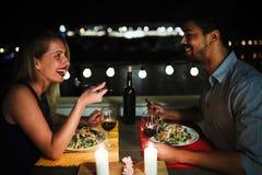 Красивые пары в влюбленности имея романтичный обедающий на ноче стоковые фотографии rf