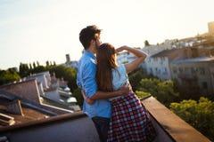 Красивые пары в влюбленности датируя outdoors и смотря заход солнца Стоковые Изображения RF