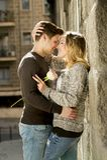 Красивые пары в влюбленности целуя на переулке улицы празднуя день валентинок Стоковые Фотографии RF