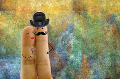 Красивые пары в пальцах влюбленности Стоковые Изображения