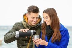Красивые пары в теплых одеждах выпивая кофе Стоковое Фото