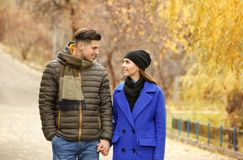 Красивые пары в теплых одеждах Стоковое Фото