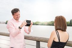 Красивые пары делая изображение фото телефона в городе Стоковые Фотографии RF