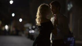 Красивые пары держа руки и причаливая к поцелую, романтичной дате, влюбленности видеоматериал