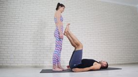 Красивые пары делая йогу acro в студии акции видеоматериалы