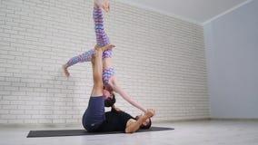 Красивые пары делая йогу acro в студии сток-видео