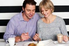 Красивые пары имея еду утра совместно Стоковое Изображение