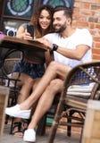 Красивые пары имея кофе на дате, имеющ потеху совместно Стоковые Изображения RF