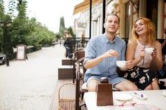 Красивые пары имея кофе на дате, имеющ потеху совместно Стоковая Фотография