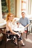 Красивые пары имея кофе на дате, имеющ потеху совместно Стоковые Изображения